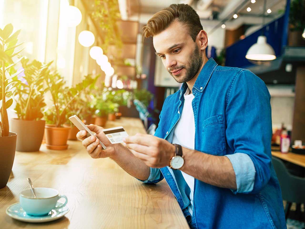 Un client en ligne paie en ligne via son smartphone